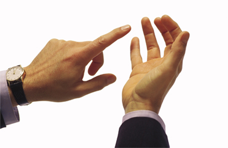 picture of a pair of male hands counting